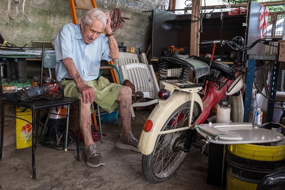"""1°       MARCO LORINI – PHOTO CLUB MUGELLO  L'immagine risulta molto spontanea, con l'anziano che in maniera evidente racconta con nostalgia """"eh quanti km ci ho fatto con questo, ero giovane …"""". Il punto di ripresa evidenzia bene i soggetti pur nel contes"""