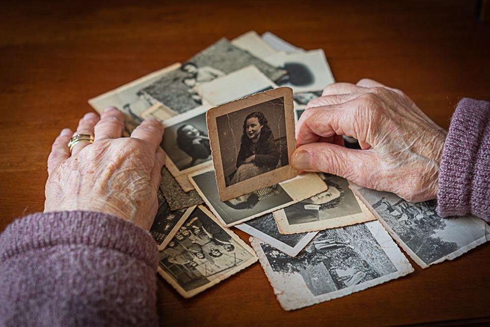 """3°       CLAUDIA GIAGNONI – IL BACCHINO  L'anziana che guarda se stessa -si presume- da giovane … immagine fortemente costruita ma estremamente meritevole in quanto priva di """"indizi palesi"""" ma che lascia senz'altro capire le sensazioni del momento. Una ti"""