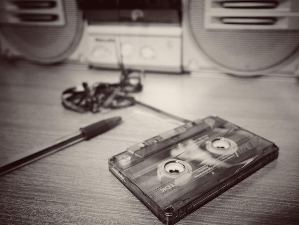 6°       CLAUDIO QUERCIOLI – IL BACCHINO  Un passato meno passato rispetto ad altre, ma ben rappresentata la nostalgia nel BW molto adatto, nella composizione semplice, nella cassetta che non si potrà più sentire e quindi un passato che non potrà (con buo
