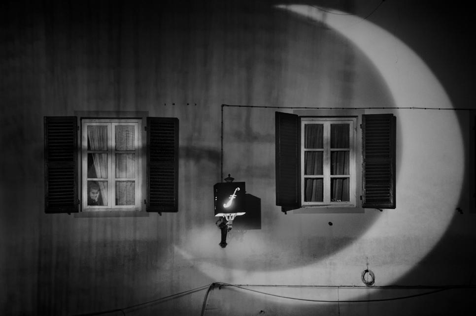7°       MARIO MENCACCI – IL BACCHINO  La festa fuori, lei -anziana- che non può più andare, ha dovuto cedere il posto alle ragazzine assai più giovani, ma sta ricordando tutto… viene in mente la canzone di Spadaro, il Valzer della povera gente <…allora u