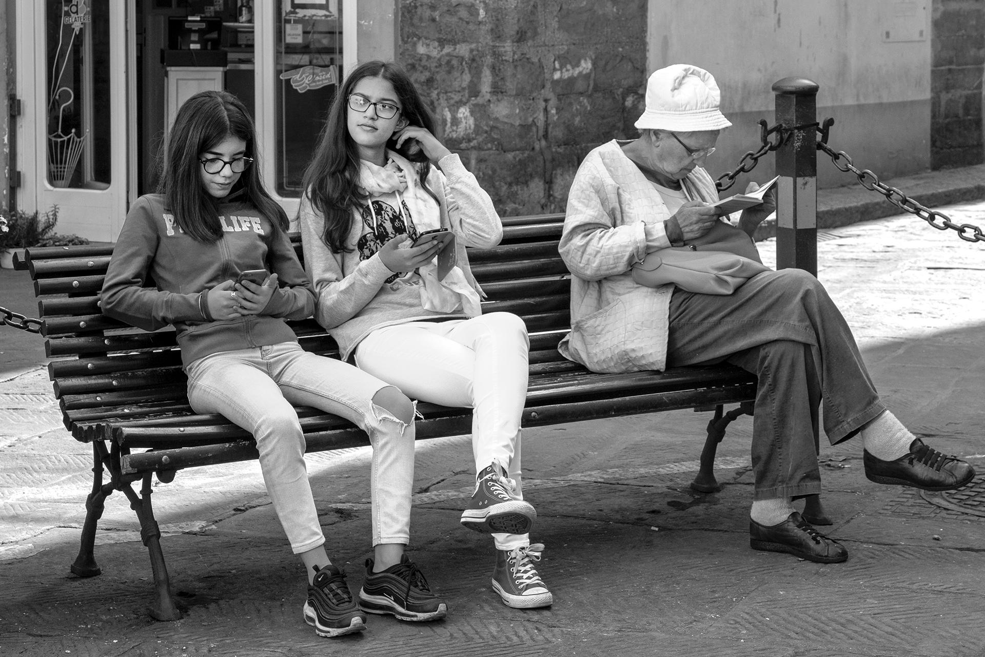 5° Classificata 4B Loriano Buricchi - IdeaVisiva Foto molto ben composta. Il tema centrato con le due ragazzine con in mano gli smartphone e la signora di mezza età con il suo libro (mai quasi un anacronismo), che mettono in risalto i cambiamenti che il t