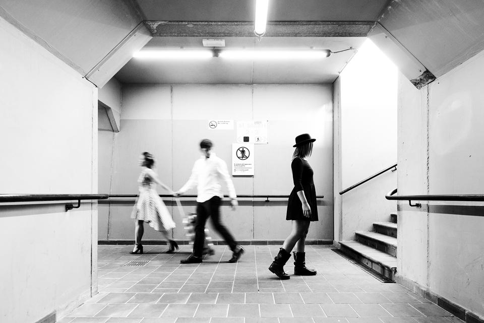 TERZA CLASS –Photo Club Mugello - Luca Mercatali Lo scatto in oggetto sembra quasi posato, accomodato, ma anche se è così, il fotografo è stato bravo a comporre la scena con la composizione ben pesata, la donna in bianco che va di fretta, la flemma di pos