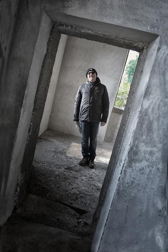 SESTA  Foto n° 33 STEFANO LANDINI  – Il gioco dei piani inclinati è ben riuscito, mentre tutto è disassato, la figura umana rimane in bolla. Credo che questa si attenga al tema per il senso illusorio che dà.