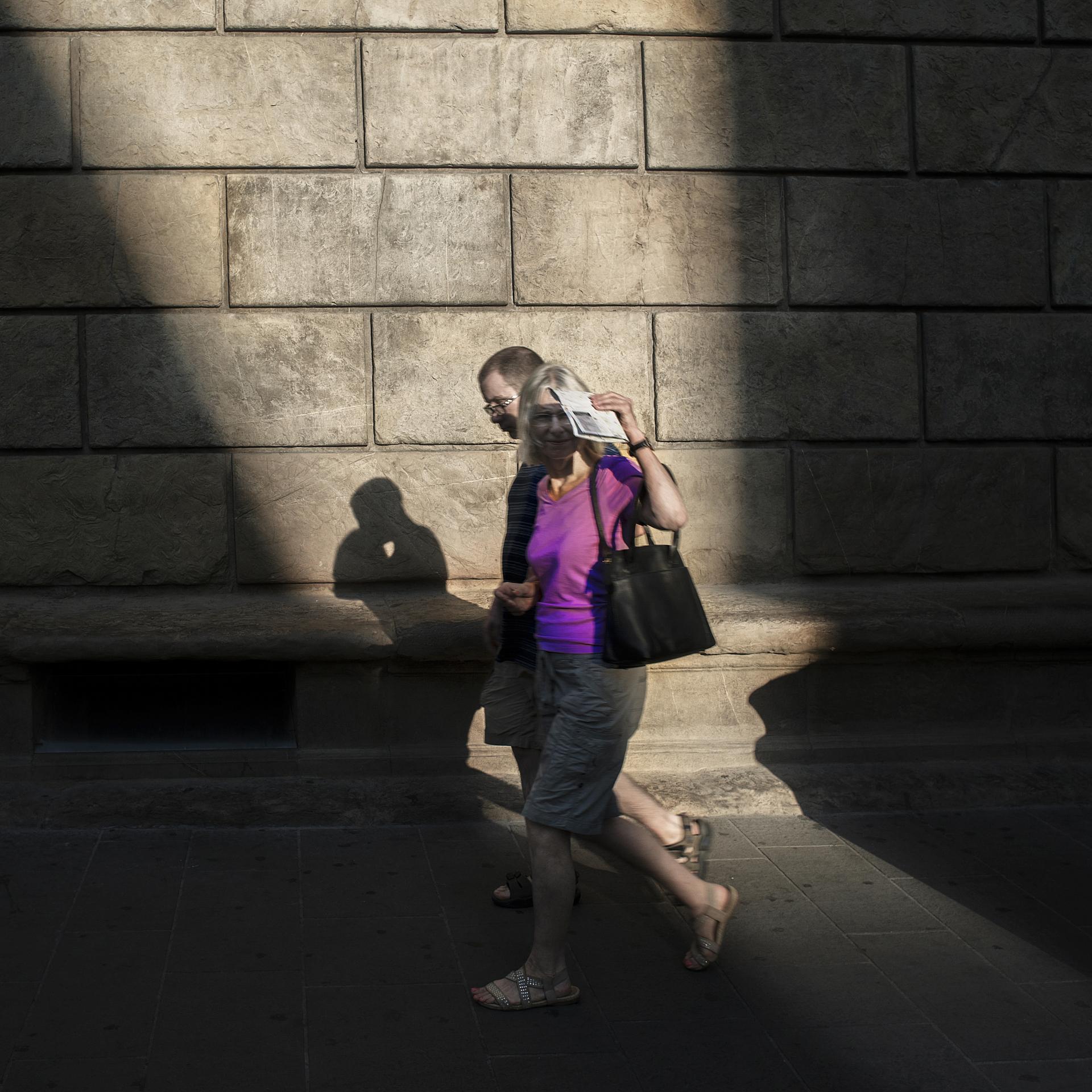 SETTIMA  Foto n° 30 MARCO LORINI  – Uno scatto di buona intuizione e grande velocità di ripresa. Indubbiamente se noi guardassimo soltanto l'ombra, si parlerebbe di un gesto di due innamorati, lo saranno pure i due figuranti, ma non nell'atto che l'ombra