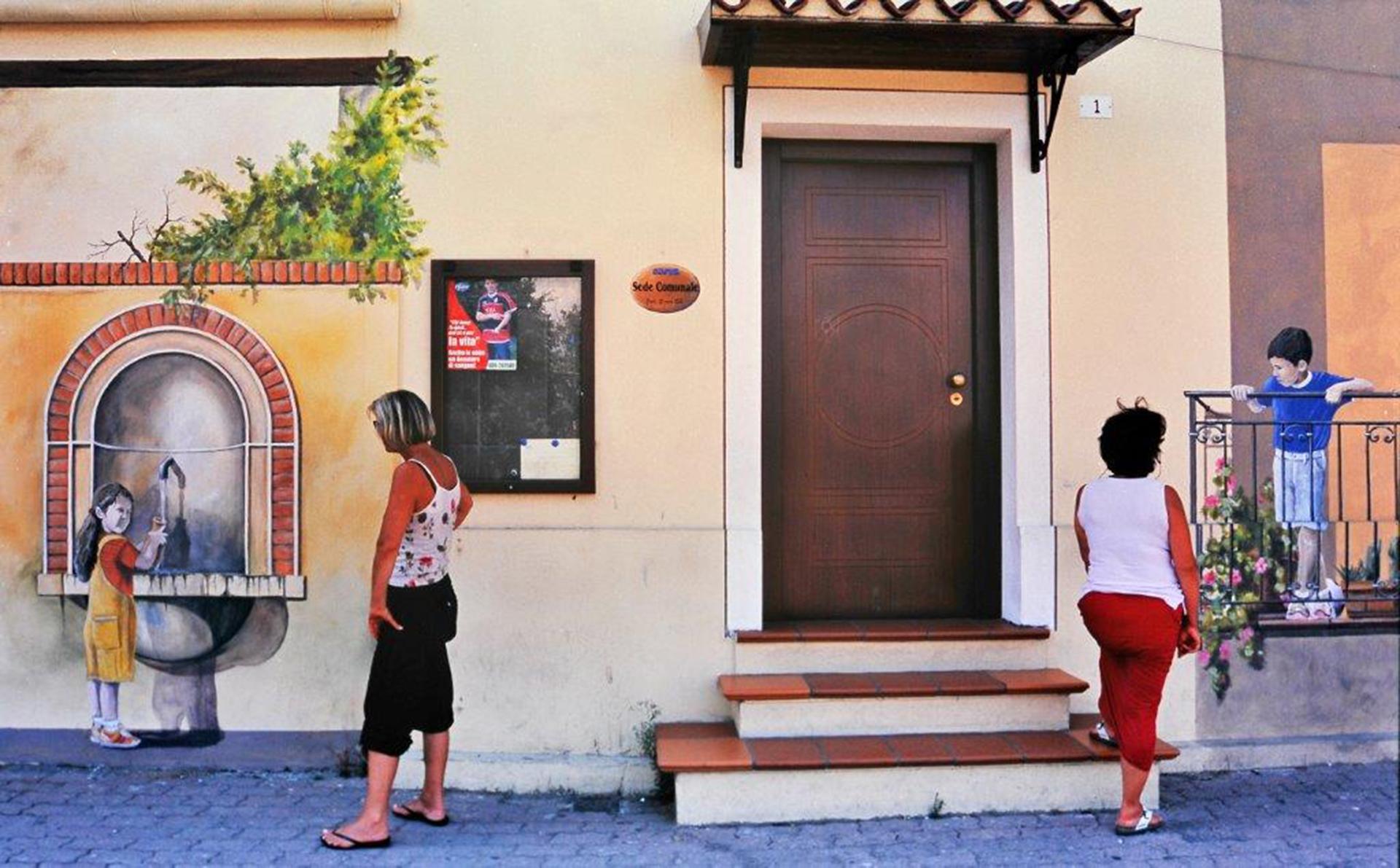 OTTAVA  Foto n° 6 BRUNERO LUCARINI – Conversazioni molto tenere, educate, attenzioni rivolte con gentilezza a due bambini che qualcuno ha generati sulle pareti pittoricamente. L'immagine è costruita molto bene da sembrare un colloquio vero, brave le due a