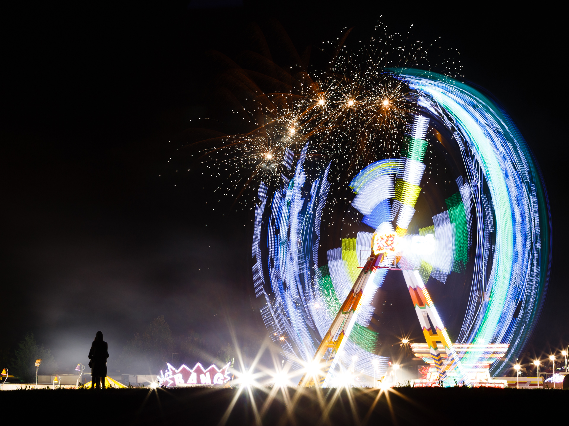 TERZA CLASS   – La ripresa, in un Luna Park in piena funzione, illumina la notte e la vita si lascia inebriare dalle velocità delle attrazioni sempre nuove e dal loro sfavillio di luci e colori. L'immagine è attraente, viene da pensare al clangore di mus