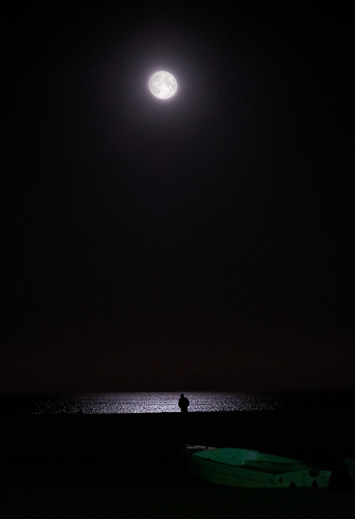 QUARTA CLASS  – Una poesia del cuore nel teatro della solitudine dove la figura è sola con sé stesso. Pochi sono gli elementi rappresentati eppure riempiono un fotogramma fatto di pensieri. Due sono i punti luminosi ma bastano a spiegare un significato, v
