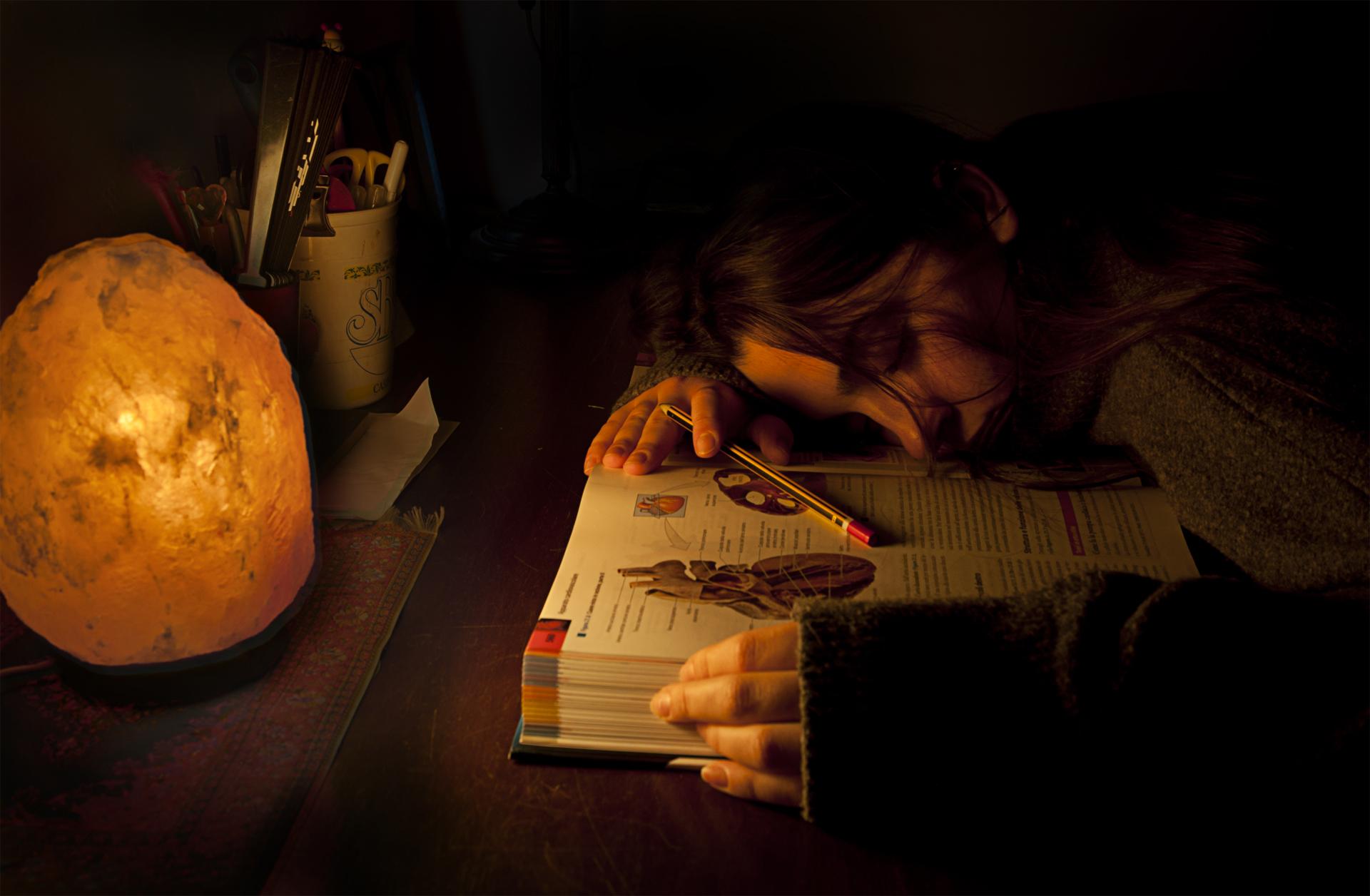 OTTAVA CLASS  – Una scena che ricorda la lettura del libro Cuore, in chiave moderna, ma in prima battuta viene in mente il sentimento del libro, anche se ancora non esistevano, da noi, le lampade di sale. Lo scatto è rispettato nella forma e nel significa