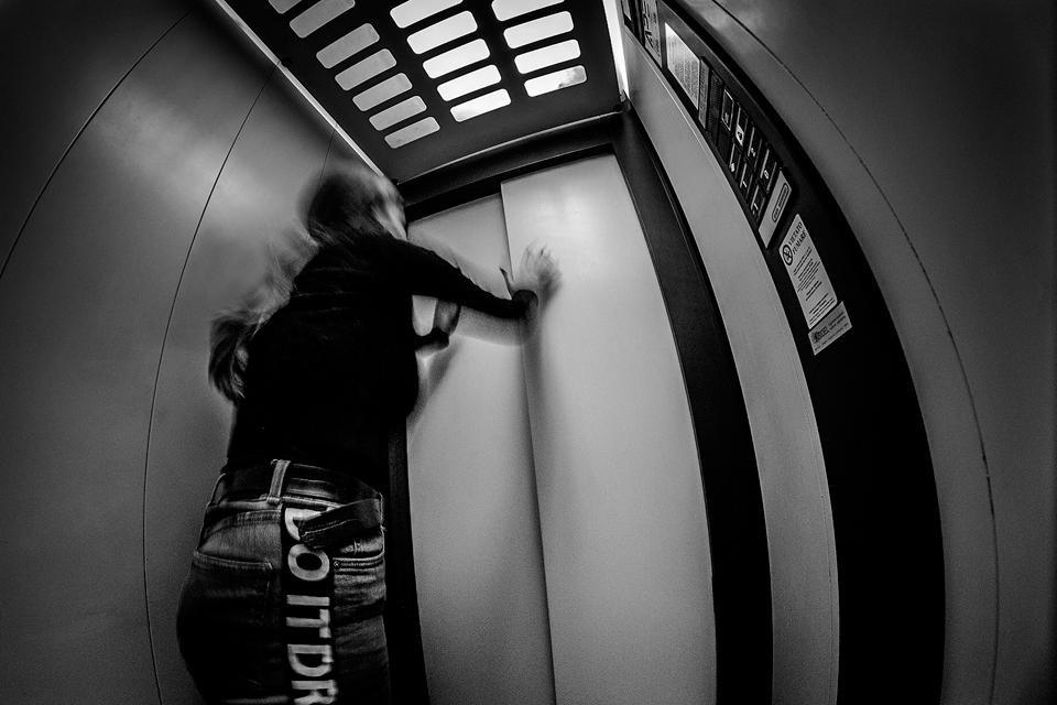 Foto n° 33 – decimo class IMAGO CLUB ROBERTO ZAMPINI La paura del rimanere imprigionata fa agitare la persona ritratta. L'ascensore per molti rappresenta una gabbia mobile e la fobia si trasforma in paura, specialmente quando capita di provare direttament