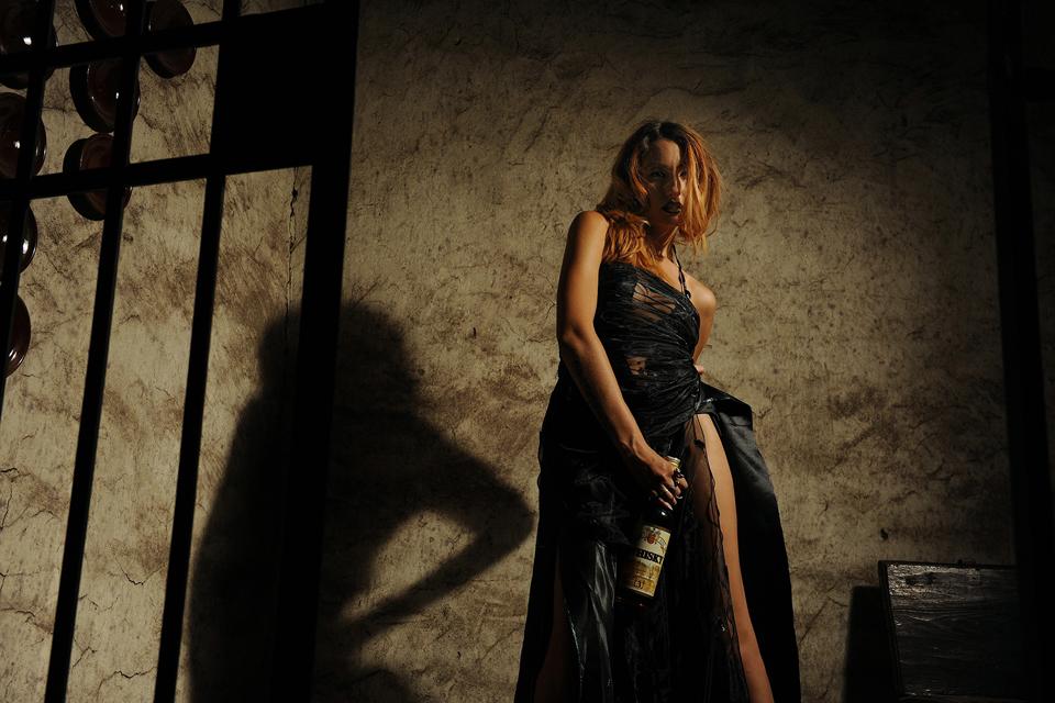 oto n° 32 prima class IL CASTELLO MARCO MANETTI – Quanto può trasformare il comportamento delle persone un vizio come quello dell'alcolismo? La figura femminile, elegantemente vestita, in preda ai fumi dell'alcool perde la sua classe, si abbandona a qualc