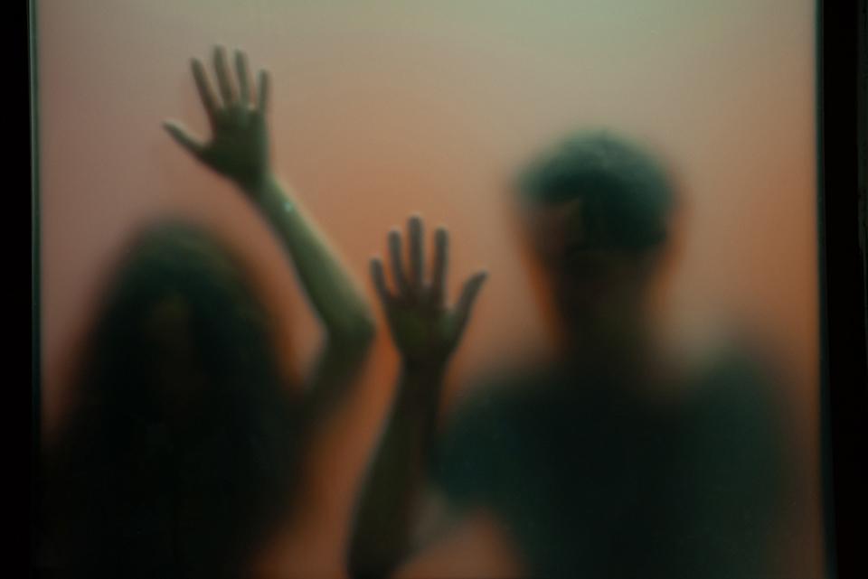 Foto n° 28 – ottava class IMAGO CLUB KIRA BRESCHI Dietro la paura dell'abbandono ritroviamo la paura della solitudine, ma anche la paura di non esistere. Ecco questa paura rappresentata dall'ostacolo al ricongiungimento dei due personaggi, una scena ben c