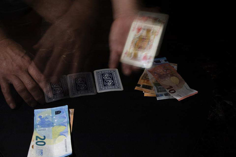 """Foto n° 16 –nona class IMAGO CLUB DARIO BARTOLOZZI Il gioco d'azzardo è un gioco in cui la fortuna è predominante e che prevede una scommessa, una puntata in denaro o in altri valori. Il termine azzardo significa """"attività rischiosa"""". Il vizio del gioco è"""