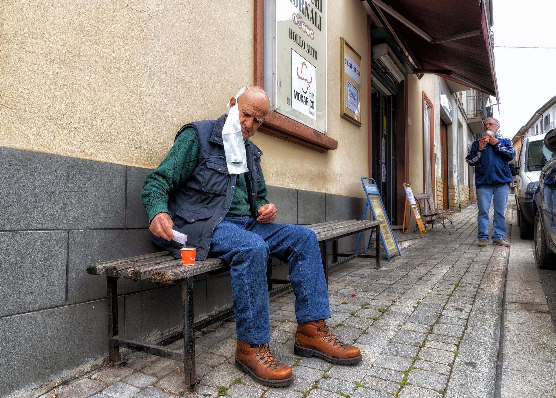 Foto n° 35 DECIMA  IMAGO CLUB ROBERTO FONTANI – Altra realtà documentata molto spontaneamente. La fotografia è semplice, ma non certo vernacolare. È difficile staccarsi dalle abitudini, un buon caffè, talvolta, è un diversivo e appagamento del gusto. La