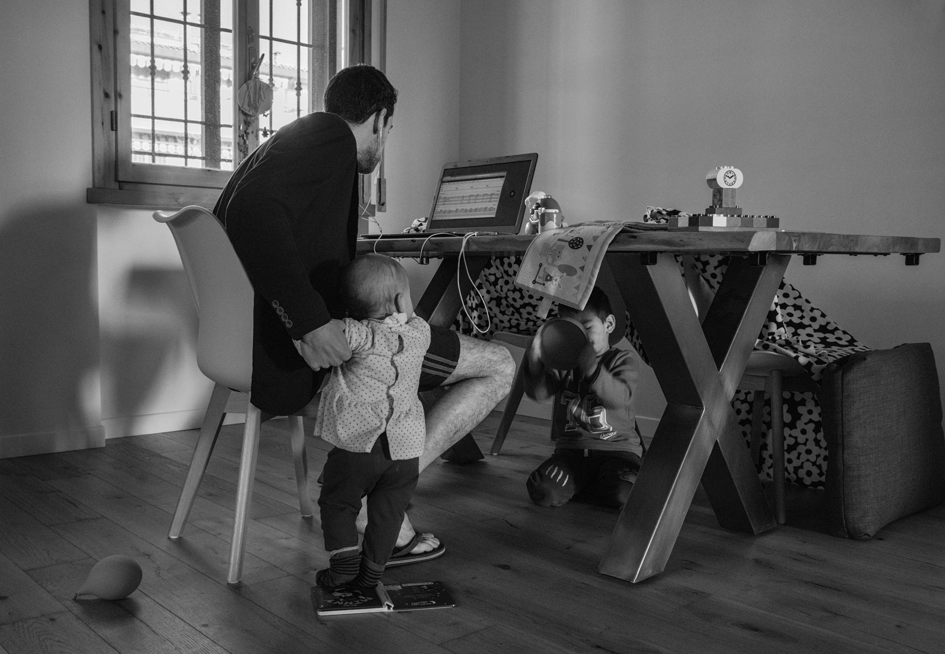Foto n° 31 –PRIMA  QUINTOZOOMGIANNA CIAMPI  La problematica del lavoro, al tempo del virus, è ben rappresentata in questa fotografia dallo spiccato sapore domestico, altamente domestico e realistico, per come è stata rappresentata. Un padre, un computer