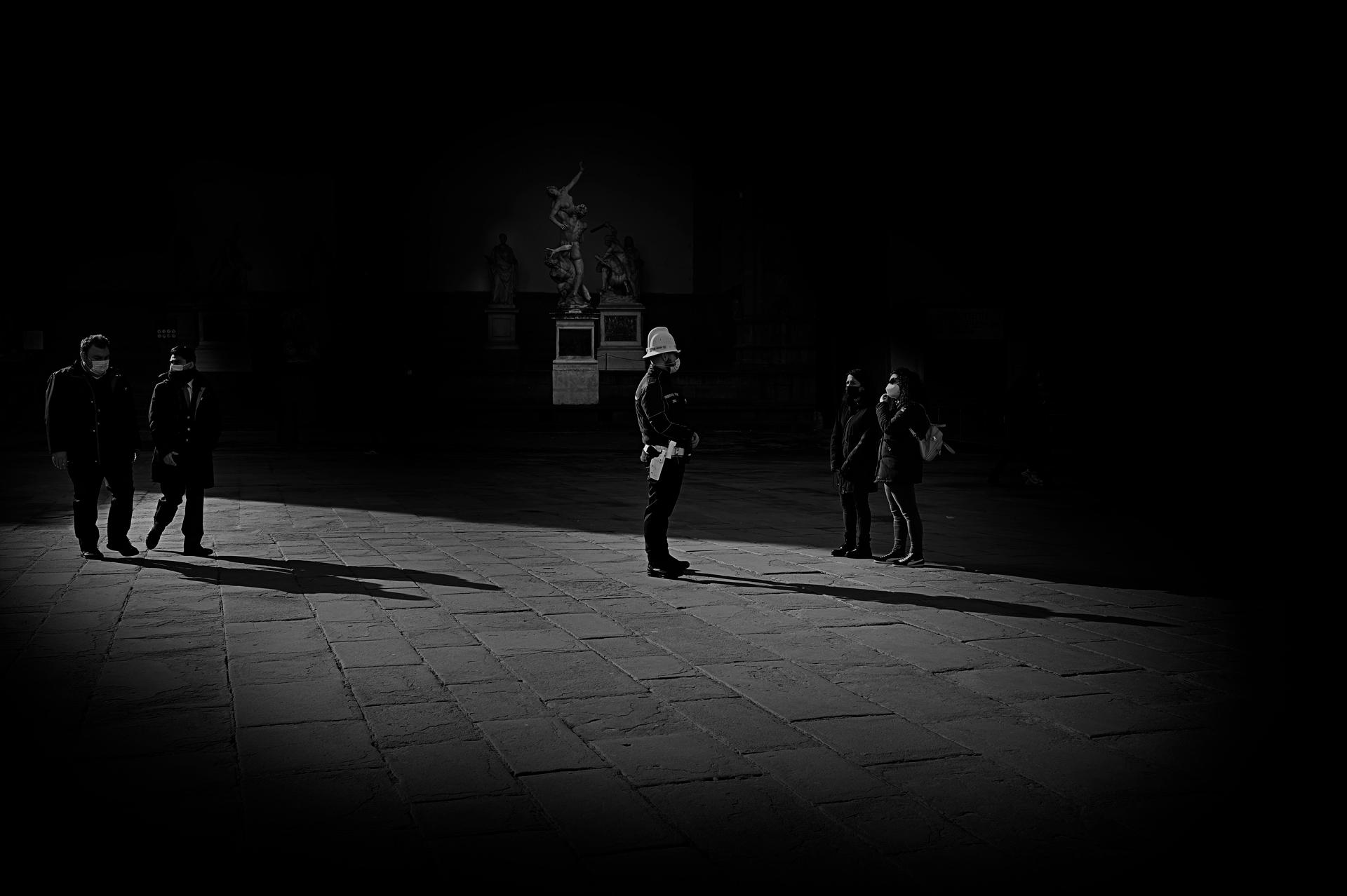 Foto n° 29 OTTAVA– PHOTO CLUB MUGELLOGIANFRANCO GUAZZI  Bel notturno quello che vediamo, essenziale e ben bilanciato nei toni e nel racconto documentale che attiene e si inserisce nel novero delle cose da archiviare e conservare come storiografia del nos