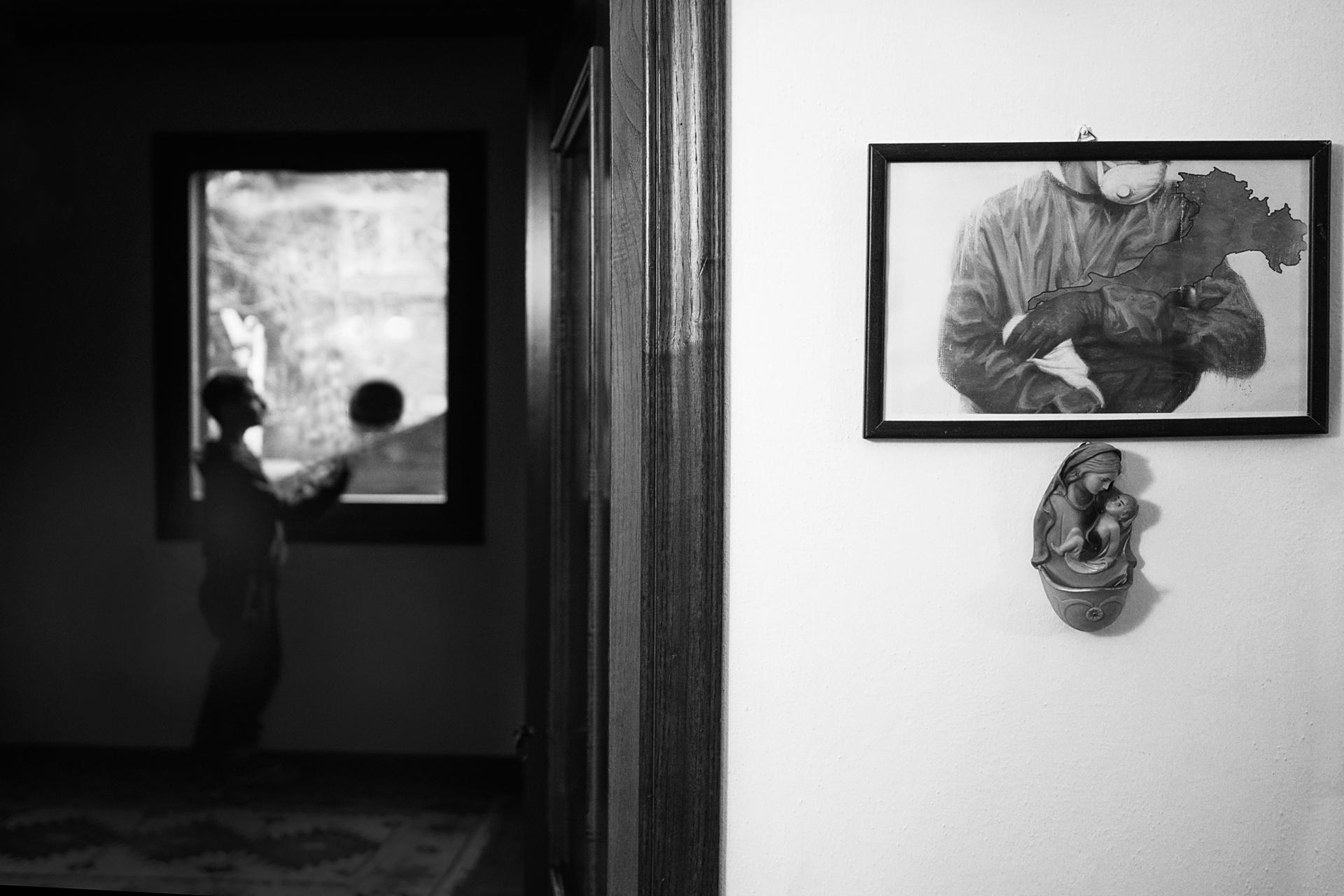 Foto n° 32 NONA– CENTRO SPERIMENTALERICCARDO COCCHI  La fotografia che vediamo è formata da due parti che si contrappongono e si diversificano per messaggio da dare, come si differenziano come contenuto. La parte nera ci racconta di un ragazzo che è cost