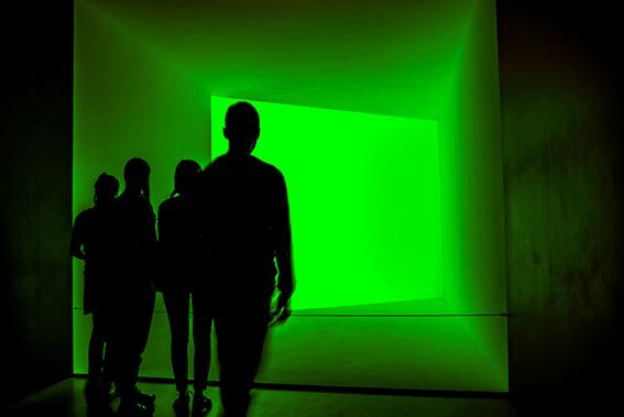 NONA ClassA  Foto n° 14 – QUINTOZOOM GIANNA CIAMPI Lo scenario di luce spettrale di colore particolarmente inusuale, induce a pensare a scene avveniristiche. Le ragioni della reale portata della scena in oggetto non sono facilmente intuibili, ma indubbiam