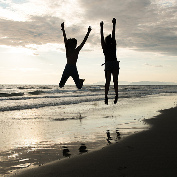 SETTIMA ClassA  Foto n° 32 – QUINTOZOOM RAFFAELLO GRAMIGNI La gioia dei bambini nel rapporto col mare. Una buona ripresa di non facile esecuzione. Il tema è rispettato e il significato dello scatto pare evidente. La cromia dell'acqua è un po' irreale, sar
