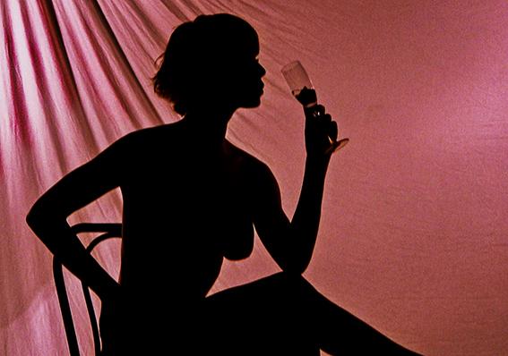 DECIMA ClassA  Foto n°7 – IDEAVISIVA FRANCO BELTRAMI La presente sembra una foto di glamour che intende indurre al fascino e al richiamo dei sensi, rispecchiando le caratteristiche di questo tipo di fotografia. Il drappeggio che forma il fondale è ben org