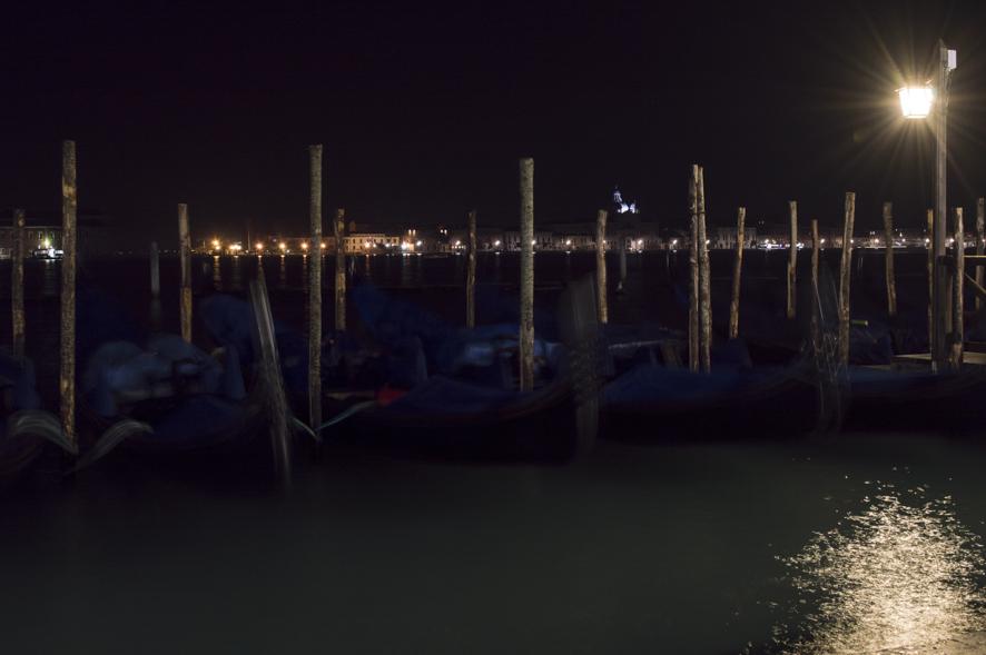 Venezia, le sue gondole e il movimento della marea - Venezia, VE