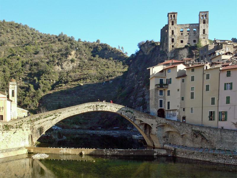 Dolceacqua - Il Ponte del Diavolo e le vestigia del Castello dei Doria.