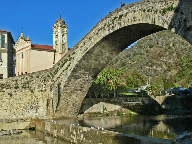 Dolceacqua - Il Ponte del Diavolo, costruzione medievale del XV secolo, attraverso il fiume Nervia.