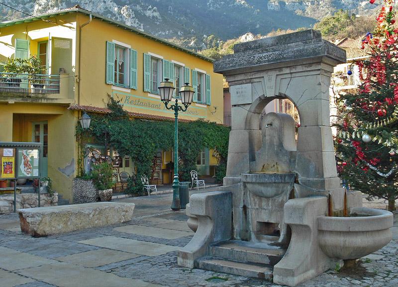 Dolceacqua - La Piazzetta del Borgo con la fontanella pubblica.